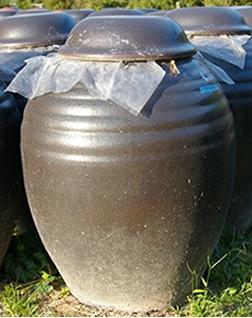アマン壷で発酵熟成される黒酢